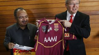 Kevin Rudd and PNG PM Peter O'Neill exchange football jerseys