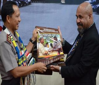 Gov Amkat Mai exchanges gifts with Indonesian police officer