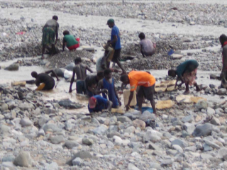 Group working in tailings area
