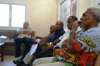 Sir Mekere Morauta right) and other candidates call for the Electoral Commissioner's resignation (Johnny Blades)