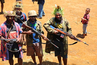 Armed clansmen in Komo  Hela Province (Michael Main)