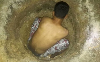 Manus refugee digging for water