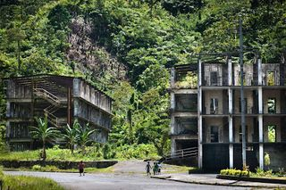 Young children walking past the old Panguna mine married quarters (Ian Booth)