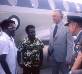 John Momis, Michael Somare, Gough Whitlam, RAAF Fairbairn, Canberra, January 1973 (Bill Gammage)