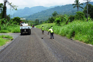 Sealing the Arawa road in Bougainville