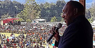 Sir Peter Ipatas addressing a crowd in Enga