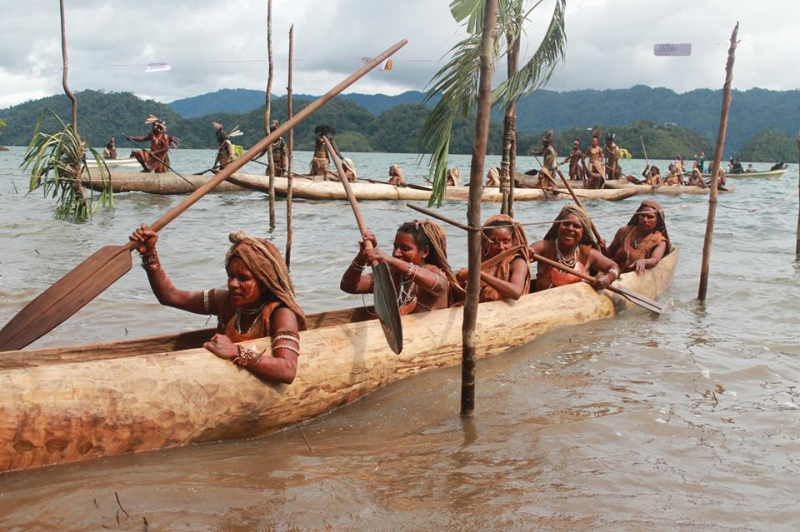 Kinjap - Kutubu women nearing Daga village on canoe (Pekinjap)