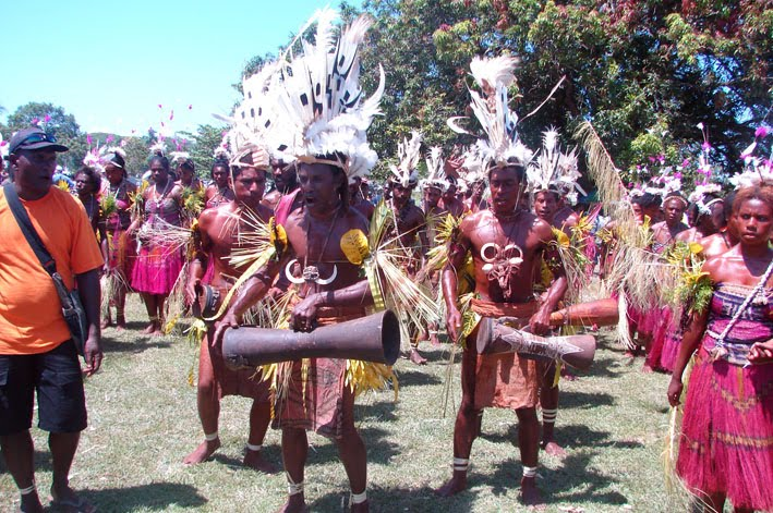 DWU - Siassi group from Morobe warms up