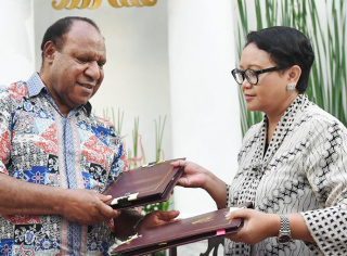 PNG foreign minister Rimbink Pato and Indonesian foreign minister Retno LP Marsudi