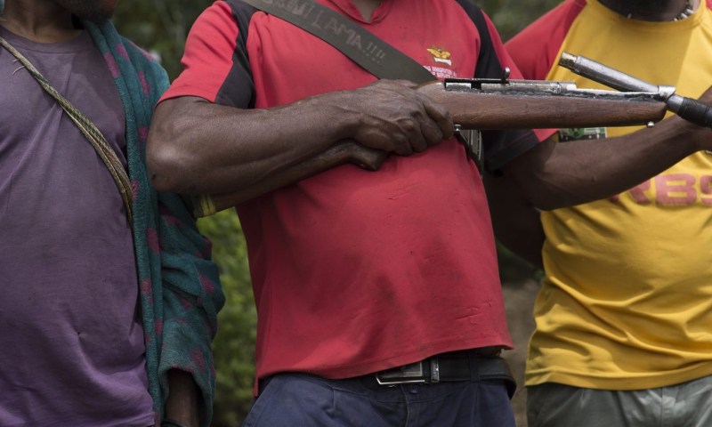 Tribal fighters with home made gun (Caitlin Welch ICRC)