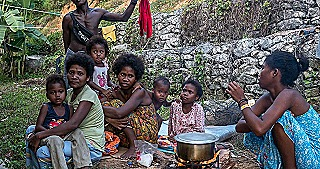 Batek women and children in Kuala Koh (Hannah Ellis-Petersen)