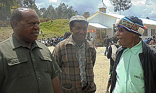 Alois Alapyala Yolape (right) speaking with Paul Kurai at opening of new Leptenges church
