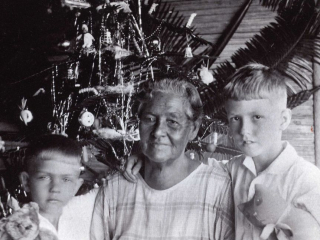 Phebe Parkinson with her grandsons (Uechtritz Family)